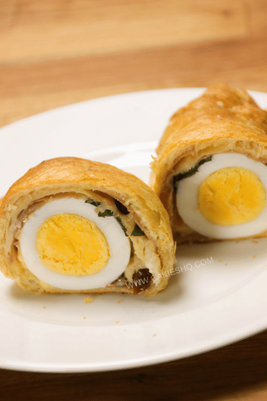 These crescents stuffed with egg, parma ham and cheese are a delicious treat for a weekend breakfast or brunch. A fun and easy brunch recipe for Easter!