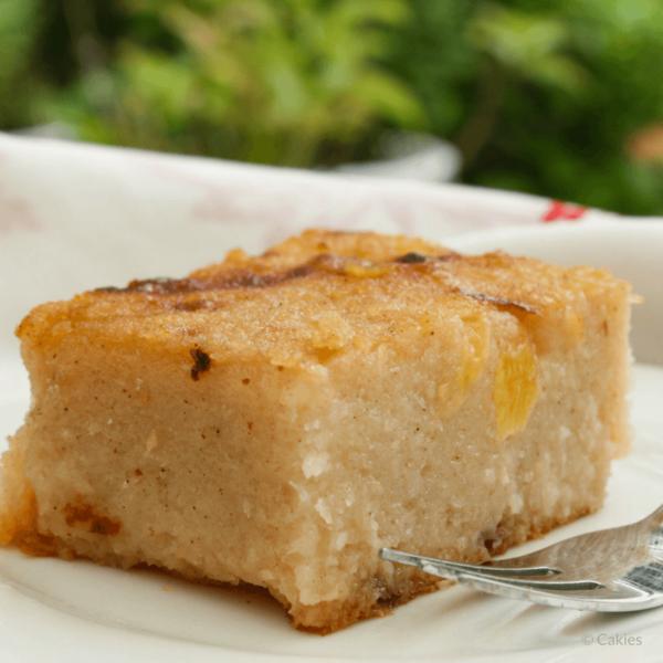 Surinaamse Bojo met Ananas is een cassave-kokos cake met stukjes ananas. Deze traditionele Surinaamse cake wordt vaak op feestjes geserveerd.