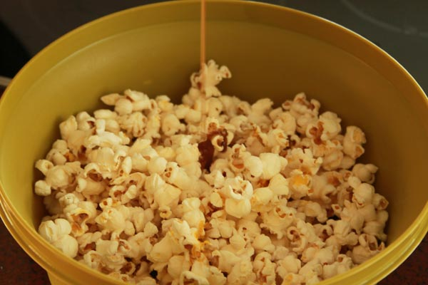 Addictive Cinnamon and Sugar Popcorn Recipe | This cinnamon and sugar popcorn is so good you will not be able to stop eating it. It's deliciously addictive! A simple and easy recipe. | https://www.cakieshq.com | Step 03