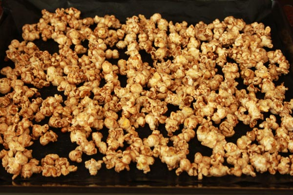 Addictive Cinnamon and Sugar Popcorn Recipe | This cinnamon and sugar popcorn is so good you will not be able to stop eating it. It's deliciously addictive! A simple and easy recipe. | https://www.cakieshq.com | Step 05