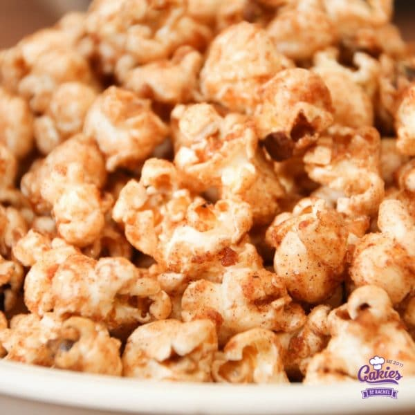 Addictive Cinnamon and Sugar Popcorn Recipe | This cinnamon and sugar popcorn is so good you will not be able to stop eating it. It's deliciously addictive! A simple and easy recipe. | http://www.cakieshq.com