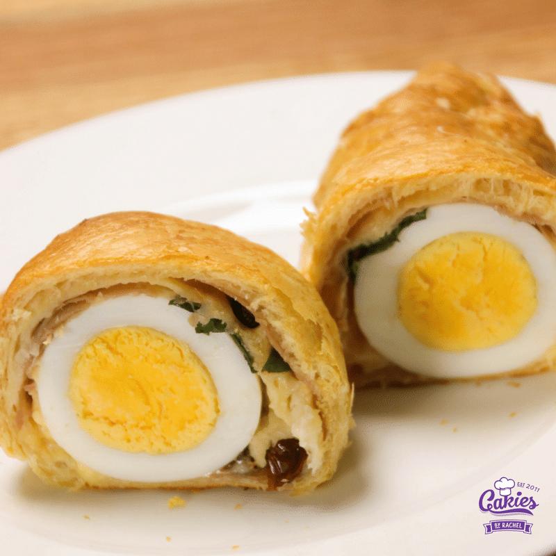 Deze croissants gevuld met ei zijn een heerlijke lekkernij voor het ontbijt of brunch in het weekend. Een leuk en lekker brunch idee voor Pasen!