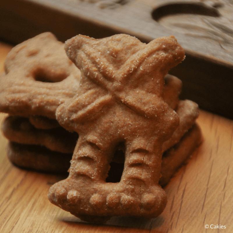 Speculaasjes maken is heel makkelijk en super lekker. Je kan de speculaasjes maken met een speculaasplank of koekjes uitsteken met een vormpje.