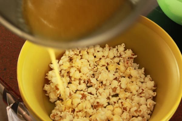 Sweet Honey Popcorn Recipe | This Sweet Honey Popcorn is easy to make and easy to keep eating! I love this honey popcorn recipe. Honey popcorn is tasty snack while watching movies. | https://www.cakieshq.com | Step 04