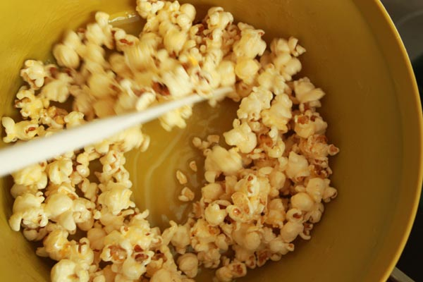 Sweet Honey Popcorn Recipe | This Sweet Honey Popcorn is easy to make and easy to keep eating! I love this honey popcorn recipe. Honey popcorn is tasty snack while watching movies. | https://www.cakieshq.com | Step 05