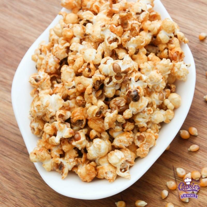 Deze Zoete Honing Popcorn is makkelijk om te maken en erg makkelijk om te blijven eten! Honing popcorn is een lekkere snack.
