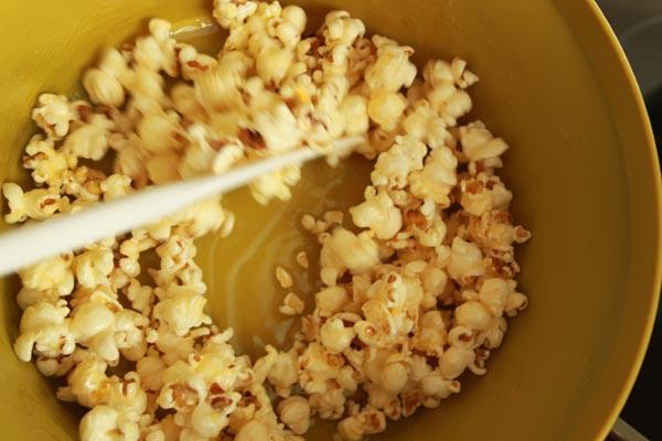 Zoete Honing Popcorn Recept | Deze Zoete Honing Popcorn is makkelijk om te maken en erg makkelijk om te blijven eten! Honing popcorn is een lekkere snack voor een avondje film kijken. | http://www.cakies.nl | Stap 05