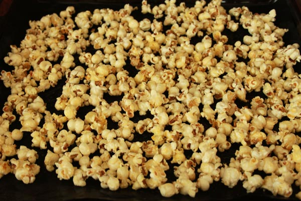 Zoete Honing Popcorn Recept | Deze Zoete Honing Popcorn is makkelijk om te maken en erg makkelijk om te blijven eten! Honing popcorn is een lekkere snack voor een avondje film kijken. | http://www.cakies.nl | Stap 06