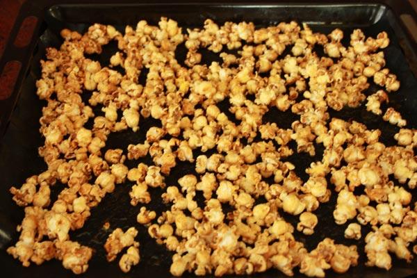 Zoete Honing Popcorn Recept | Deze Zoete Honing Popcorn is makkelijk om te maken en erg makkelijk om te blijven eten! Honing popcorn is een lekkere snack voor een avondje film kijken. | http://www.cakies.nl | Stap 07