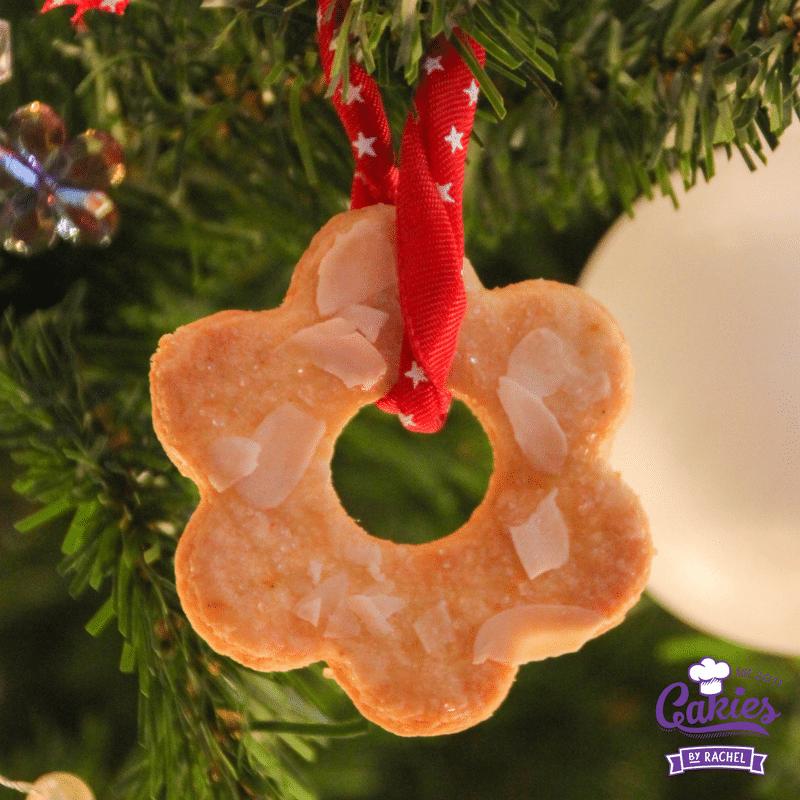 Kerstkransjes maken is super makkelijk. Je kan de kerstkransjes meteen op eten of als decoratie in de kerstboom hangen! Een makkelijk kerstkransjes recept.