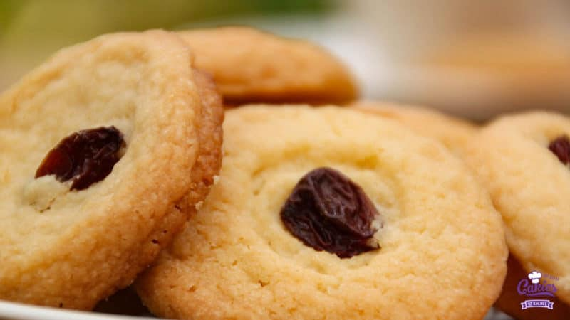 Surinamese Butter Cookies (Boterbiesjes) Recipe | Surinamese butter cookies, or boterbiesjes are a delicious butter cookie topped with a currant or raisin. Surinamese butter cookies are super easy to make. | http://www.cakieshq.com | Step 07